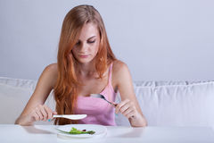 Mädchen, welches das sehr kleine Mittagessen isst Lizenzfreie Stockfotografie