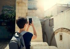 Mädchen, welches das Telefon der alten Stadt von Medina fotografiert reise tunesien Stockfoto