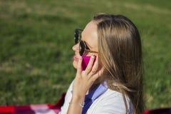 Mädchen, welches das Telefon verwendet lizenzfreies stockfoto
