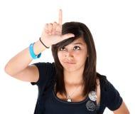 Mädchen, welches das Verlierer-Zeichen auf ihrer Stirn bildet Lizenzfreie Stockfotos