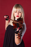 Mädchen, welches das Violinenportrait spielt Lizenzfreie Stockfotografie
