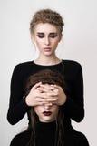Mädchen, welches die Augen ihres Freunds bedeckt lizenzfreie stockbilder