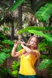 Mädchen, welches die Bambusflöte spielt Stockfotos