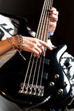 Mädchen, welches die Bass-Gitarre Innen spielt lizenzfreie stockfotografie