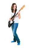 Mädchen, welches die Bass-Gitarre lokalisiert auf Weiß spielt Stockfotografie