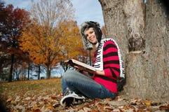 Mädchen, welches die Bibel liest Stockfotografie