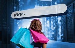 Mädchen, welches die Einkaufstaschen betrachten Adreßba hält Stockbild