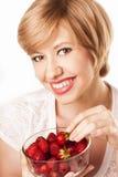 Mädchen, welches die Erdbeeren lokalisiert isst Lizenzfreies Stockbild