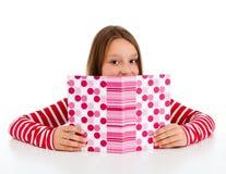 Mädchen, welches die Heimarbeit getrennt auf weißem Hintergrund tut Stockbilder