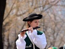 Mädchen, welches die irische Flöte spielt lizenzfreies stockfoto