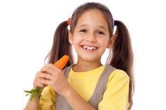 Mädchen, welches die Karotte isst lizenzfreie stockfotografie