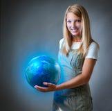 Mädchen, welches die Planeten-Erde anhält Stockfotografie