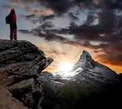 Mädchen, welches die schöne Montierung Matterhorn betrachtet Stockfotografie