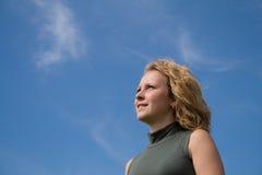 Mädchen, welches die Sonne betrachtet stockbild
