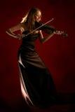 Mädchen, welches die Violine spielt Stockfoto