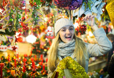 Mädchen, welches die Weihnachtsgeschenke im Freien wählt Lizenzfreie Stockfotografie
