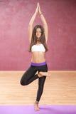 Mädchen, welches die Yogalage steht auf einem Bein tut Stockfotos