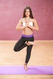 Mädchen, welches die Yogalage steht auf einem Bein tut Lizenzfreies Stockbild
