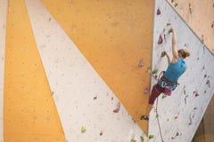 Mädchen, welches oben die Wand klettert Stockfotografie