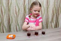 Mädchen wendet chemische Erfahrung bei Tisch zu Hause auf Lizenzfreies Stockbild