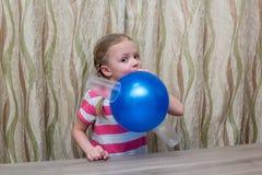 Mädchen wendet körperliche Erfahrung mit Ballon und Gläsern auf Stockbilder