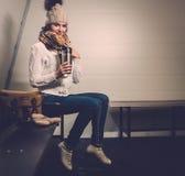 Mädchen, wenn Umkleideraum Schlittschuh gelaufen wird Lizenzfreie Stockfotografie