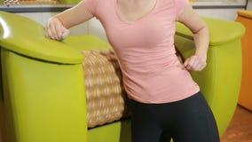 Mädchen wird Cellulite und Übergewicht auf dem Massager los Gymnastik stock video