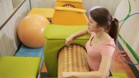 Mädchen wird Cellulite und Übergewicht auf dem Massager los Gymnastik stock video footage
