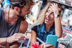Mädchen wird entsetzt mit, was sie vom Freund hörte lizenzfreie stockbilder