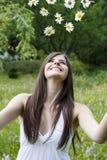 Mädchen wirft Blumen in die Luft Stockfoto
