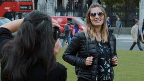 Mädchen wirft für ein Foto in London in der Zeitlupe auf stock footage