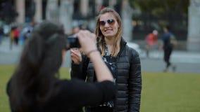 Mädchen wirft für ein Foto in London in der Zeitlupe auf stock video footage