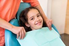 Mädchen am Zahnarzt, der für die Behandlung sich vorbereitet stockfoto