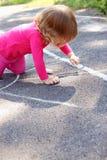 Mädchen zeichnet Stockfoto