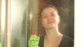 Mädchen zeichnet auf nassen Spiegel des Herzens während der Reinigung stock video footage
