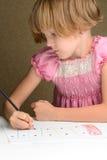 Mädchen zeichnet mit Zeichenstiften Stockfotografie