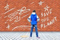 Mädchen zeichnete mit Kreide auf einer Backsteinmauer die Zeichnung mit einer Anruf Abwehr der Planet lizenzfreies stockbild