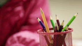 Mädchen-Zeichnung und Farbton auf einem Papier stock video footage