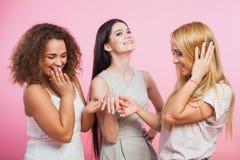 Mädchen zeigen ihr weibliches friendg ihr Verlobungsring Lizenzfreie Stockfotografie