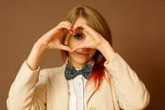 Mädchen zeigt ein Symbol der Liebe Stockfotografie