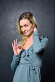 Mädchen zeigt ein Zeichen mit seinen Händen, die alles fein ist lizenzfreies stockbild