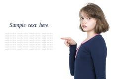 Mädchen zeigt einen Finger auf Raum (Text) Stockbilder