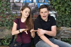 Mädchen zeigt ihre blauen gemalten Fingernägel lizenzfreie stockfotografie
