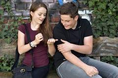 Mädchen zeigt ihre blauen gemalten Fingernägel lizenzfreies stockfoto