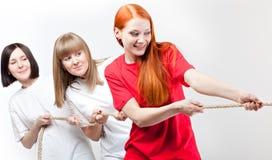 Mädchen ziehen das Seil stockfotos