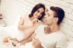 Mädchen zieht Boylfriend mit Bonbon ein Valentinsgruß `s Tag lizenzfreies stockbild