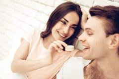 Mädchen zieht Boylfriend mit Bonbon ein Valentinsgruß `s Tag stockbilder