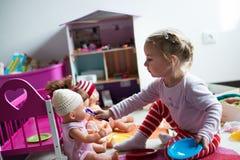 Mädchen zieht Puppe ein Stockfotografie
