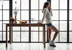 Mädchen zu Hause Lizenzfreie Stockfotografie