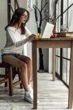 Mädchen zu Hause Lizenzfreie Stockfotos